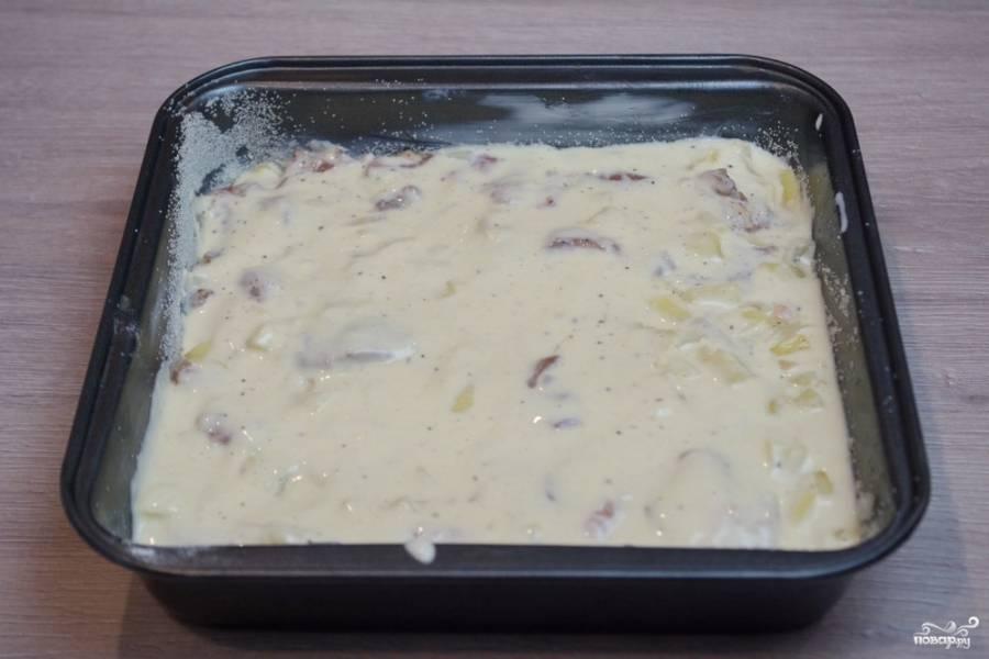8. Сверху на начинку вылейте оставшееся тесто. Разровняйте. Потрясите форму с пирогом, чтобы все продукты равномерно распределились.