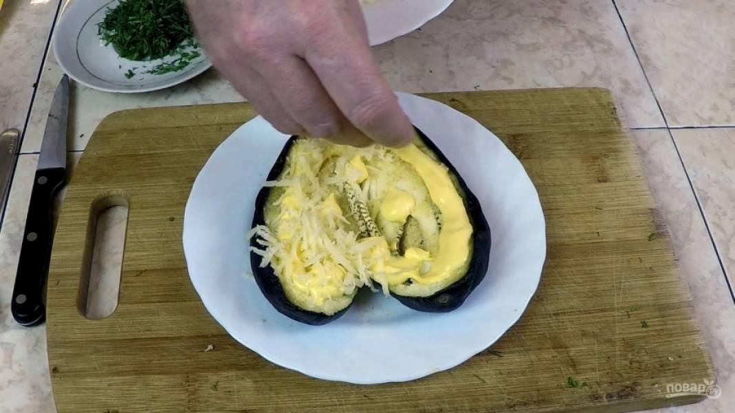 На подготовленный и располовиненный баклажан  посыпаем соль (по вкусу) и не жалеем порошок чеснока. Далее выдавливаем сырный соус в форме сердечка, посыпаем густо тёртым сыром и отправляем на последние 3 минуты в СВЧ.