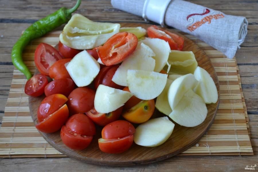 Яблоки порежьте на дольки, удалив сердцевину, помидоры порежьте пополам. Болгарский перец очистите от семян и разрежьте пополам.