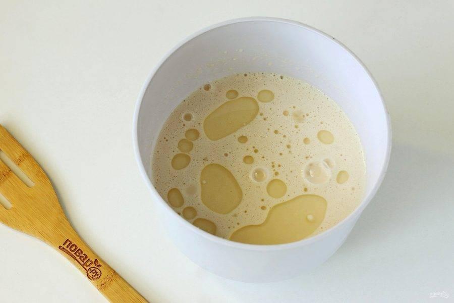 Взбейте все миксером до однородного состояния и добавьте масло. Тесто готово.