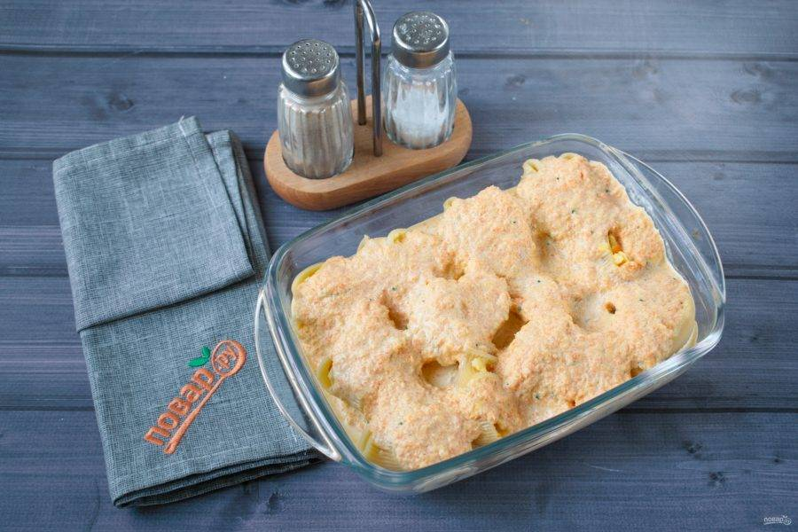 Взбейте в блендере. Добавьте сливки, перец черный молотый, мускатный орех, розмарин, соль по вкусу. Залейте соусом ракушки, форму накройте фольгой. Поставьте запекаться в разогретую до 180 градусов духовку на 15 минут.