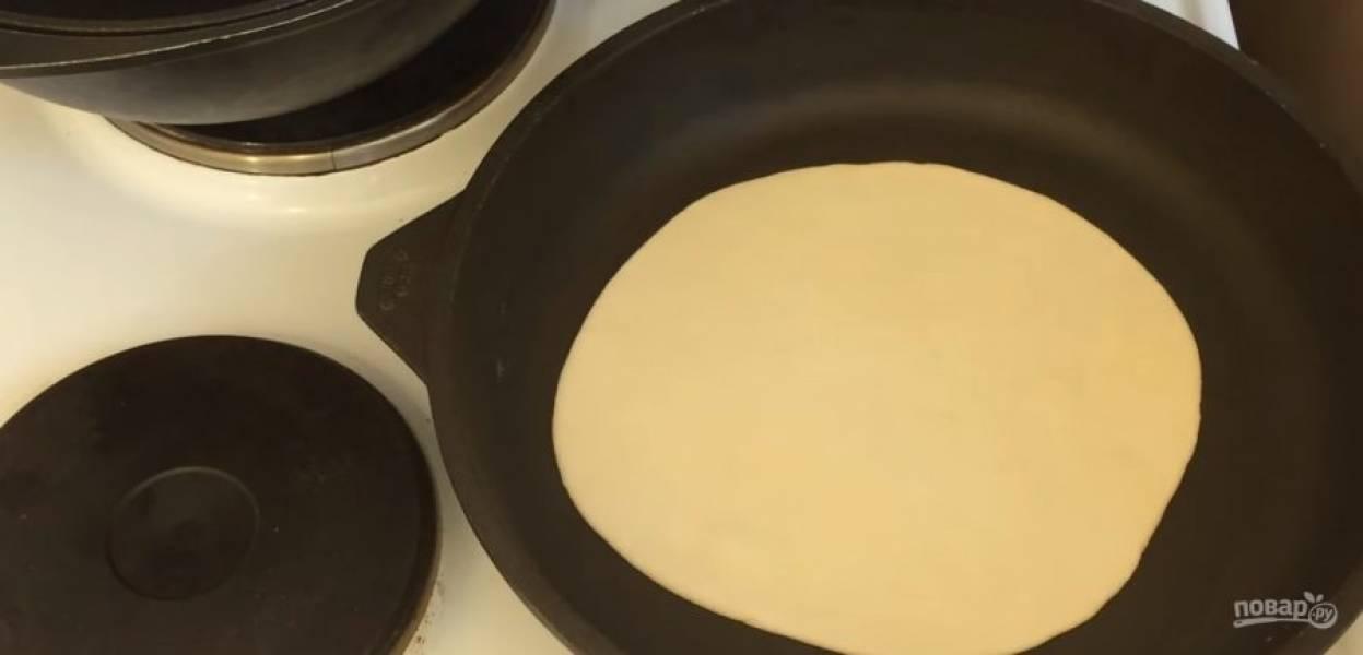 3. На сухой разогретой сковороде обжарьте лепешку в течение 1 минуты, после чего переверните ее и обжарьте в течение 1 минуты с другой стороны.