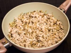 Теперь кладем филе, соль и перец по вкусу. Перемешиваем и через несколько минут снимаем с огня.