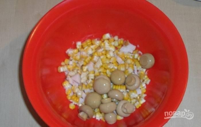 К курице добавьте грибы и кукурузу без жидкости из банки.