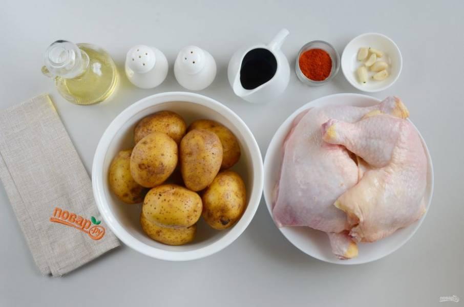 Подготовьте ингредиенты. Картофель чистить пока не нужно, первым делом маринуем мясо. Вымойте окорочка, удалите остатки перьев и грубую желтую кожицу с суставов. Очистите чеснок.