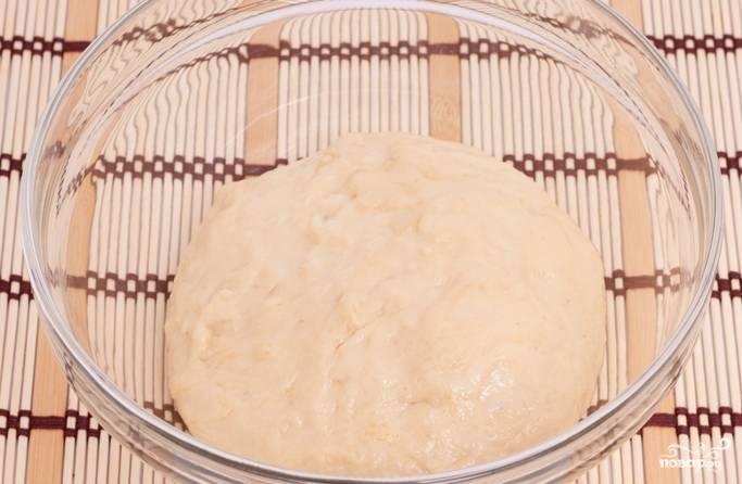 Смешиваем дрожжи с яйцами, половиной муки, солью. Замешиваем тесто и даем ему подойти 15 минут. Затем добавляем оставшуюся муку и повторяем замес. Оставляем на 30 минут в теплом месте.