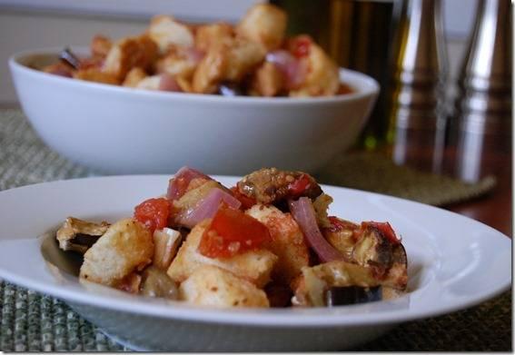 13. Перемешиваем все в миске и заправляем соусом, еще раз перемешиваем. Простой салат из баклажанов можно подавать как теплым, так и холодным. Пряитного аппетита!