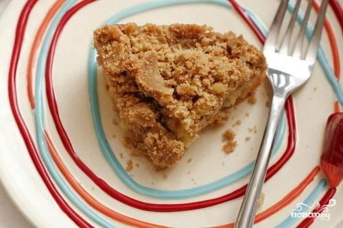 3. Выпекать пирог 45-55 минут, пока вставленная в центр пирога зубочистка не будет выходить чистой. Дать пирогу полностью остыть. Нарезать на порционные кусочки и подавать с чашечкой кофе.