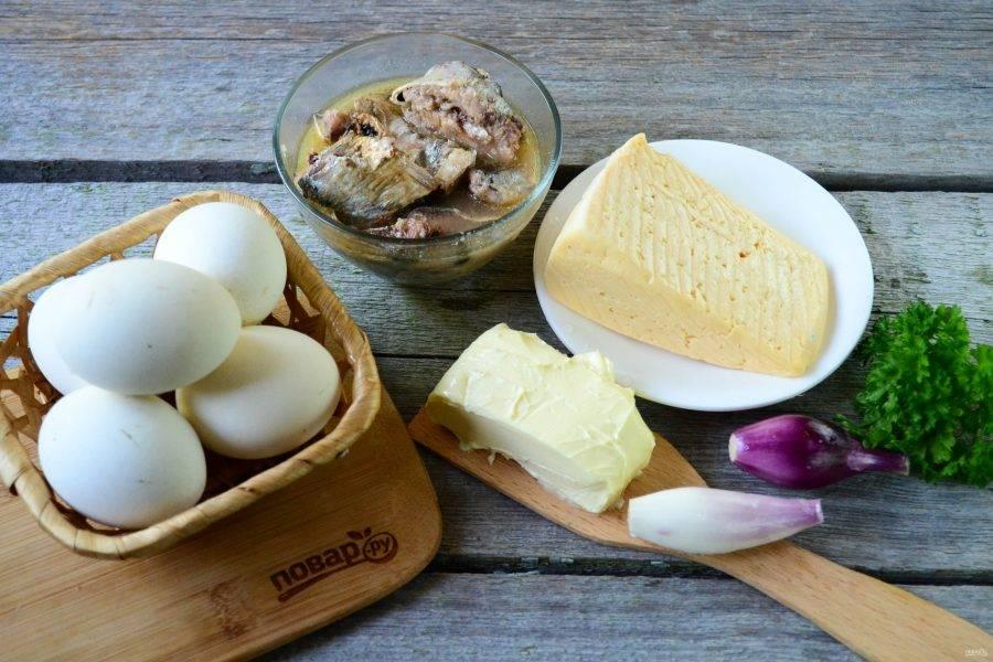 Подготовьте все необходимые ингредиенты. Яйца отварите вкрутую (около 8 минут), остудите и очистите, белки отделите от желтков.