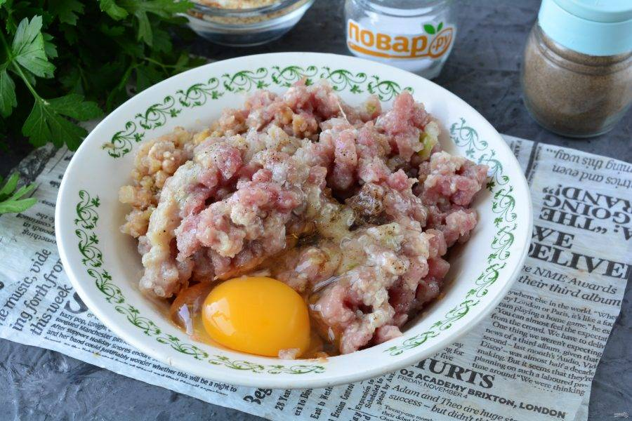 Вбейте в фарш куриное яйцо, добавьте специи по вкусу и хорошо перемешайте.