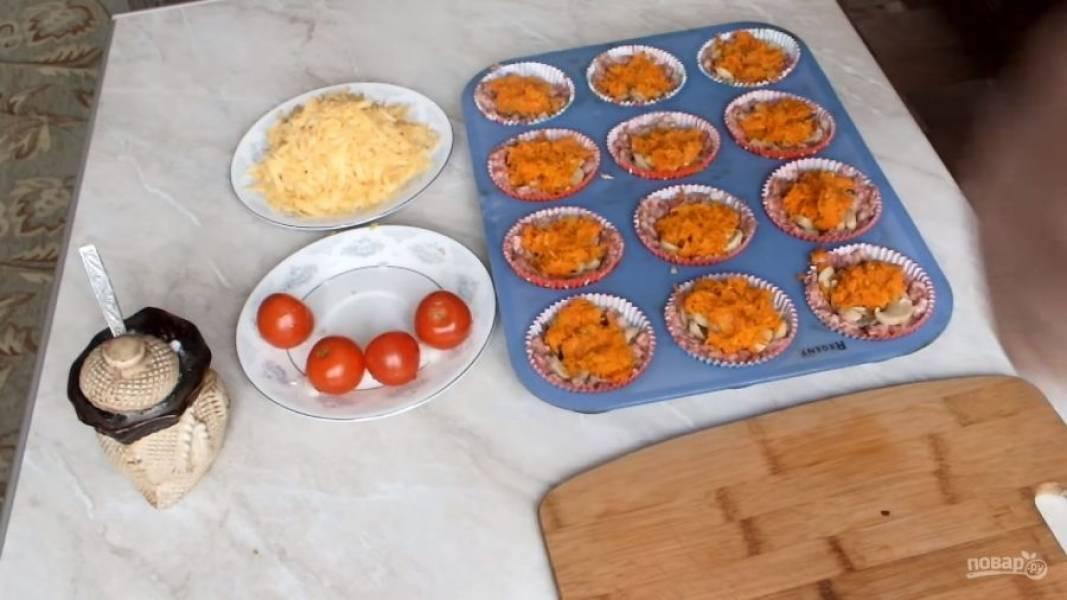 В корзинки отправьте шампиньоны, сверху укладывайте обжаренную с луком морковь.