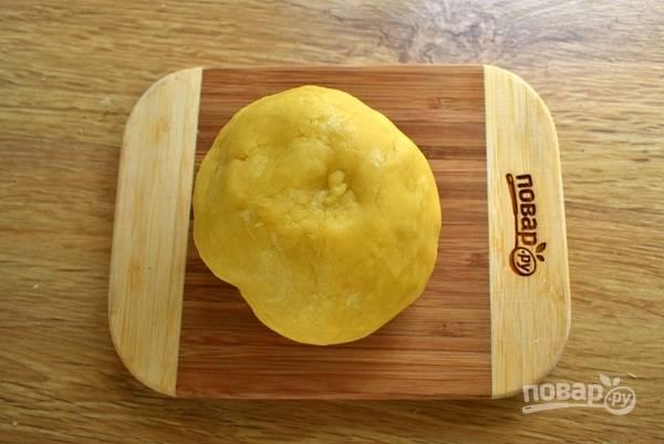 Муку и масло порубите ножом, замесите тесто и соберите его в шар. При необходимости добавьте пару столовых ложек ледяной воды. Заверните тесто в  пищевую пленку, положите в холодильник на 30 минут.