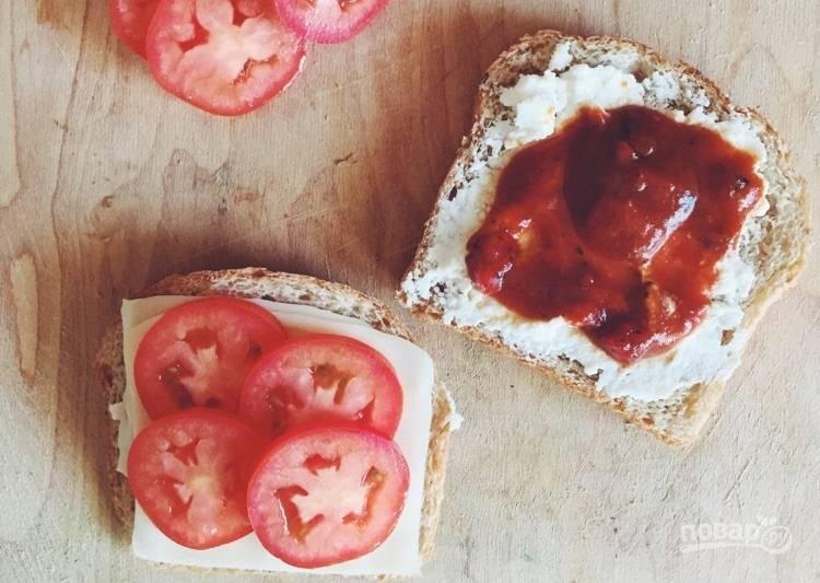 """2.Промойте и порежьте помидор. Выложите помидор на один кусочек хлеба, на второй нанесите соус """"Маринара"""", поперчите, соедините кусочки в сэндвич."""