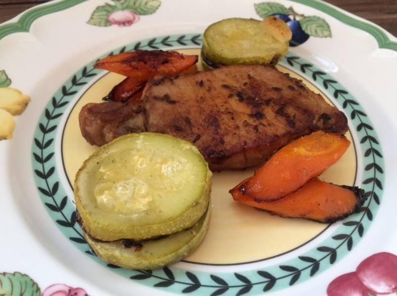 8. Подаем стейк из свиной корейки в горячем виде. На гарнир можно приготовить любую кашу, картофель или овощи (как в данном случае).