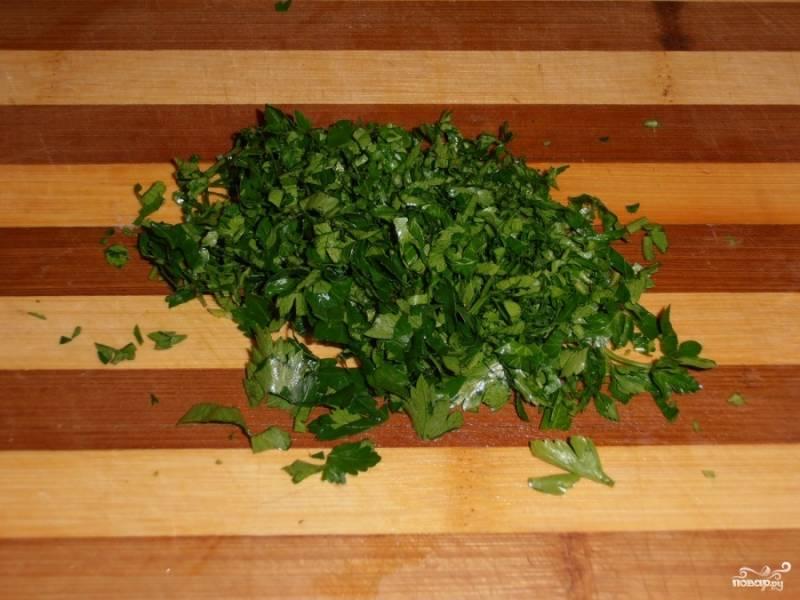 6.После того, как прозвучит сигнал, добавляем мелко нарезанную зелень. Закрываем крышкой и позволяем блюду потомиться еще 15 мин, напитаться ароматами.