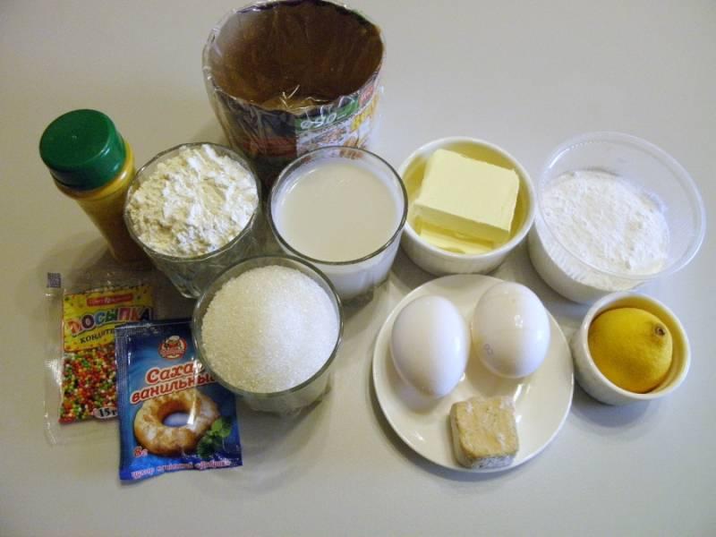 Подготовьте продукты. Молоко подогрейте до 40 градусов. Масло сливочное поставьте на водяную баню растапливаться. Отделите и поставьте его в холодильник один белок, из него будет потом сделана глазурь для куличей.