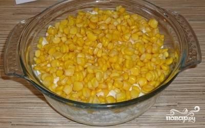Куриное филе нарежьте полосками. Смешайте его с ананасами, яйцами и кукурузой.
