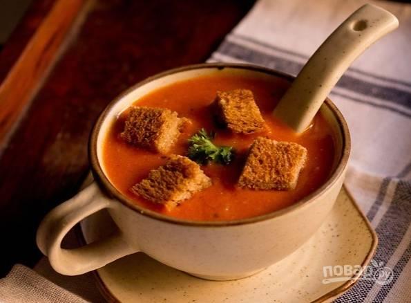 7. Сухарики выложите в тарелку непосредственно перед подачей супа на стол. Также можно сверху присыпать его щепоткой сыра или свежей зеленью, например. Приятного аппетита!