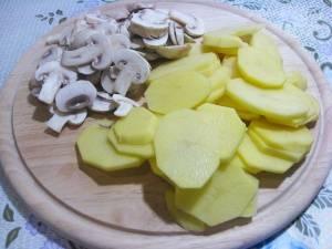 Нарезать картофель и грибы.