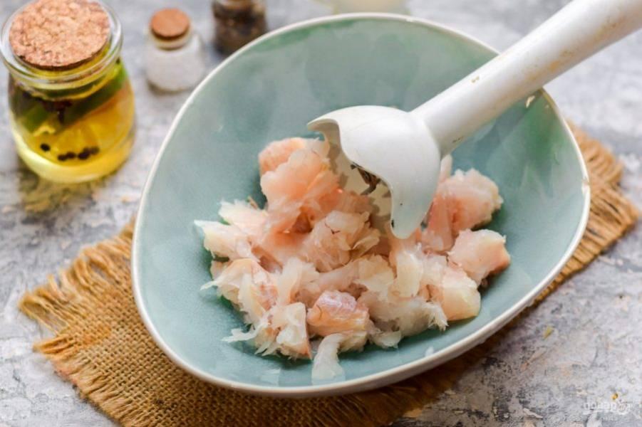 Филе рыбы проверьте, чтобы не было костей. Измельчите филе ножом или блендером.