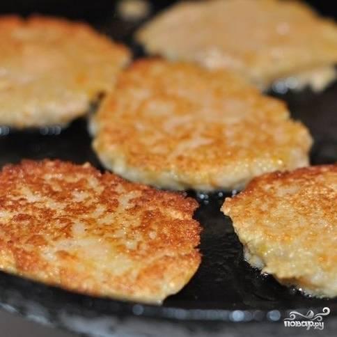 В сковороде разогреваем немного масла, ложкой выкладываем небольшое количество теста и обжариваем оладьи с двух сторон до румяной корочки.