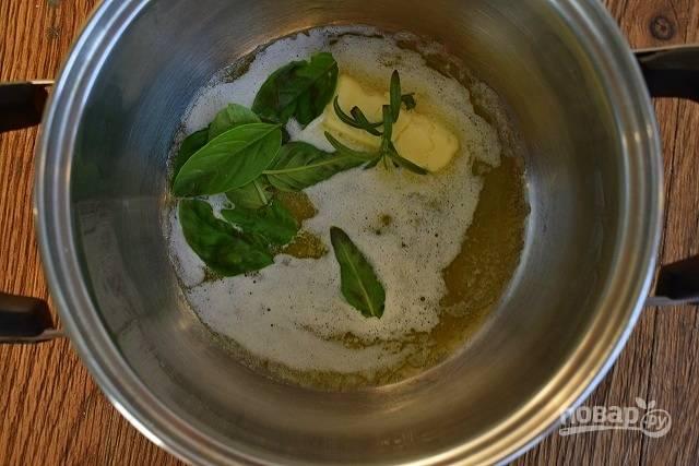 Сливочное масло растопите, перебейте блендером с чесночным порошком, листьями базилика и розмарином. Смажьте этой смесью батон и отправьте его запекаться в разогретую до 180 °C  духовку на 10 минут до расплавления сыра.