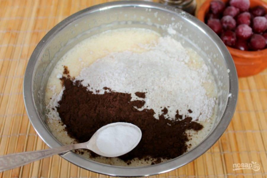 Добавляем какао-порошок и гашенную уксусом соду, все перемешиваем. Оставшуюся муку подсыпаем порциями и перемешиваем. Тесто должно получиться текучее, но не жидкое.