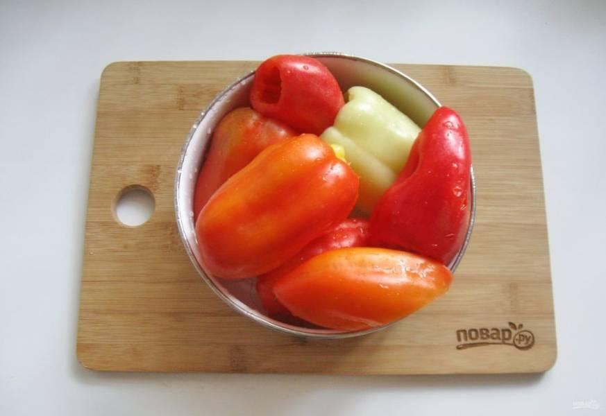 Перец очистите от семян и помойте.