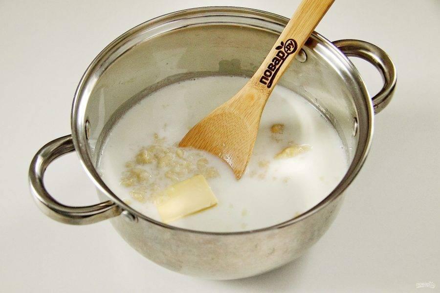 Влейте молоко и добавьте кусочек сливочного масла. Молоко можно брать холодным или горячим, зависит от того, какой температуры нужен готовый суп.