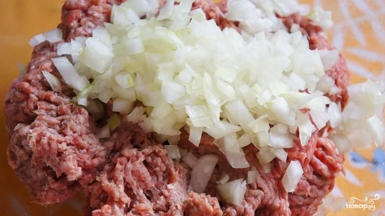 1. Фарш смешаем с измельченным луком. Тыкву можно использовать сырую: тогда просто хорошо ее измельчите, или же сварите кусочек, и нарежьте его крупным кубиком. Добавьте к фаршу. Сюда же - специи по вкусу.
