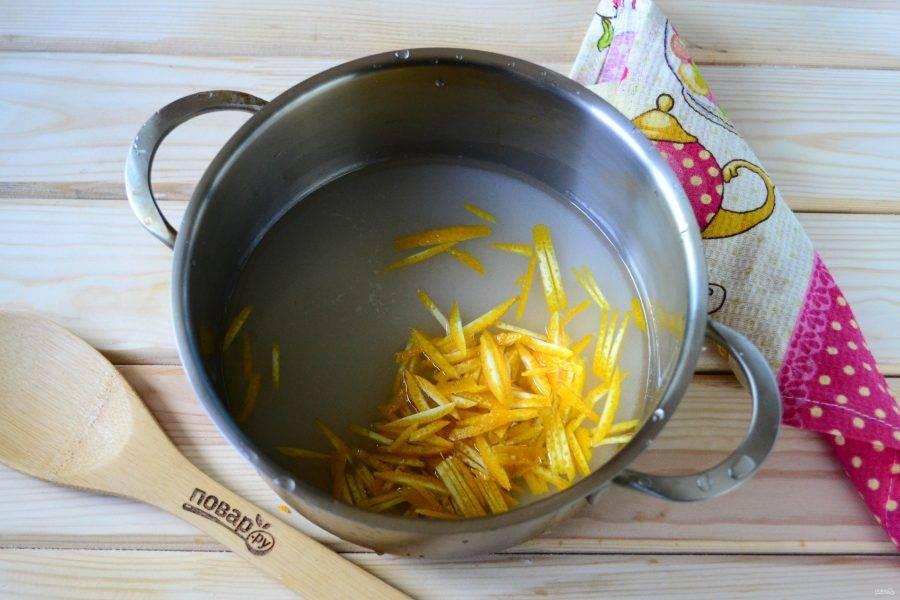 В небольшой кастрюльке смешайте сахар с водой, туда же отправьте апельсиновую цедру.