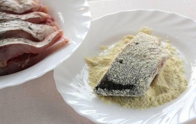 3. Теперь ее нужно посолить по вкусу, при желании поперчить. Чтобы была более ароматной рыба в маринаде, классический рецепт в домашних условиях можно дополнить специями или сушеными травами. Затем обвалять в муке со всех сторон.