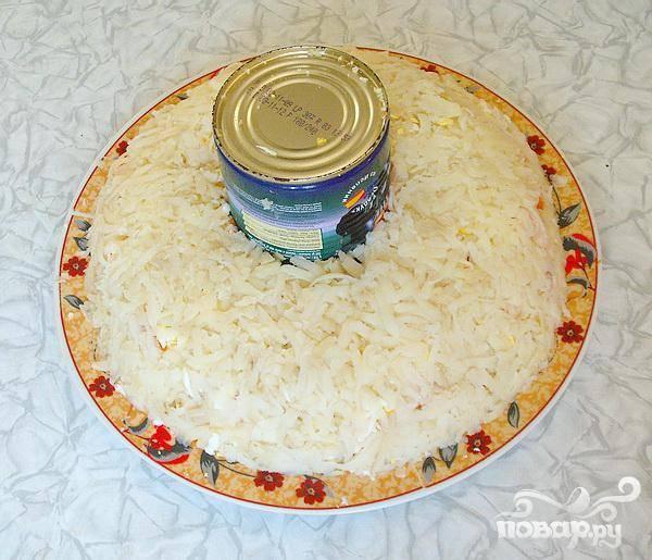 5.Оставшиеся овощи выкладываем так: куриное мясо, после – сыр, яйца, морковь и картошка.