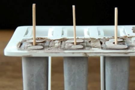 Полученную смесь выкладываем в форму для мороженого, вставляем палочки и замораживаем в течение 4 часов.