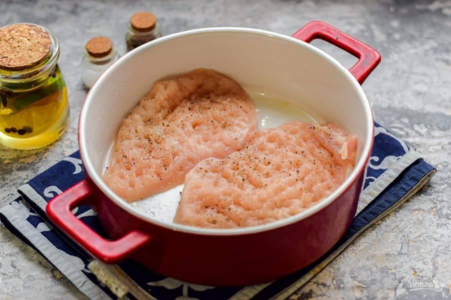 Притрусите курицу солью и перцем, переложите в смазанную маслом форму.