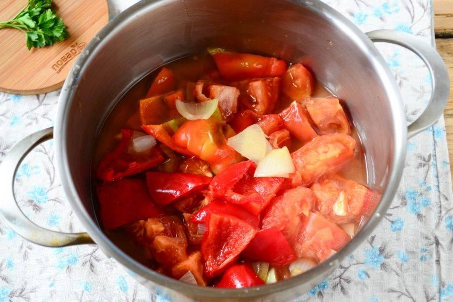 Помидоры очистите от кожицы (из запеченных помидоров она хорошо снимается) и порежьте на несколько частей. Помидоры и все содержимое формы для запекание отправьте в кастрюлю (если там образовалось много сока, то его тоже обязательно отправьте в кастрюлю).