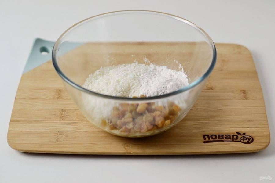 Добавьте кокосовую стружку, изюм и рисовую муку. Хорошенько вымесите.