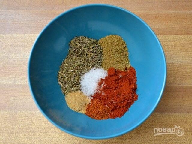 1. В небольшую мисочку выложите соль и любимые специи. Перемешайте.