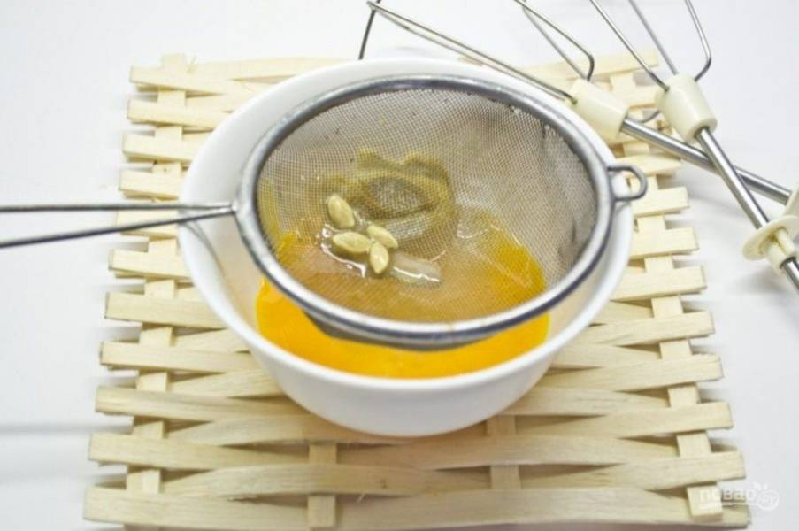 Затем добавьте сок лимона. Хорошо перемешайте массу.