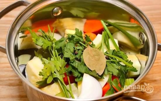 1. Для начала нужно собрать овощи для бульона: лук, морковь, стебель и корень сельдерея и т.д. Для аромата можно добавить лавровый лист, зелень или любимые специи.