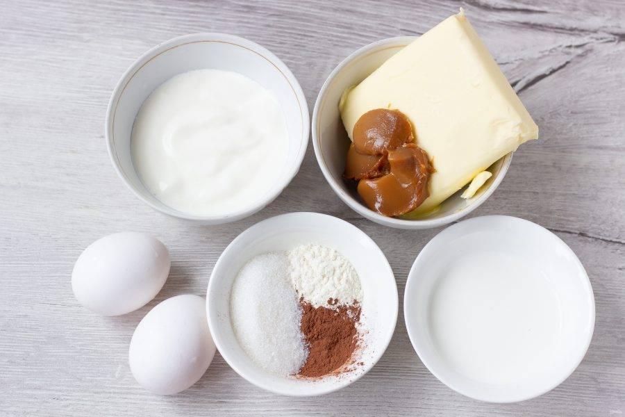 Подготовьте все необходимые ингредиенты для приготовления бисквита.