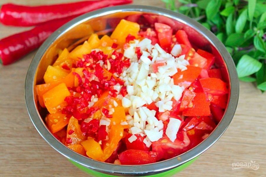 Чеснок с острым перцем режем мелко и отправляем к овощам.