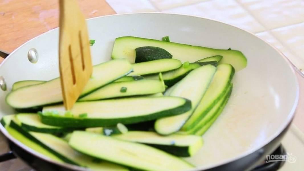 5. Потом добавьте соль и цукини. Обжарьте овощи вместе в течение 6-ти минут.
