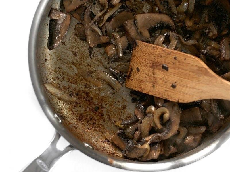 4.Обжарьте грибы до готовности и испарения жидкости.