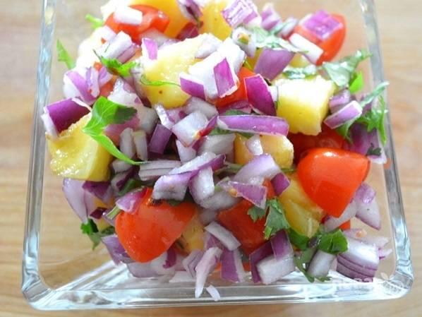 1. Начните процесс приготовления с сальсы. Нарежьте ананасы, помидоры, измельчите зелень, лук и острый перец. Добавьте сок лайма, аккуратно перемешайте и уберите в холодильник на 1-2 часа.