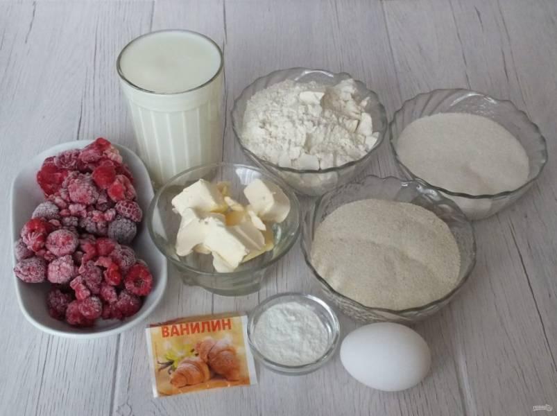Подготовьте необходимые ингредиенты. Если вы используете свежемороженную малину, то разморозьте ее слегка, чтобы не выделялся сок.