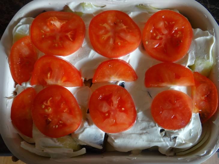 Укладываем в форму для запекания скумбрию вперемешку с кабачками и луком. Смазываем поверхность сметаной, укладываем помидоры, добавляем соль по вкусу.