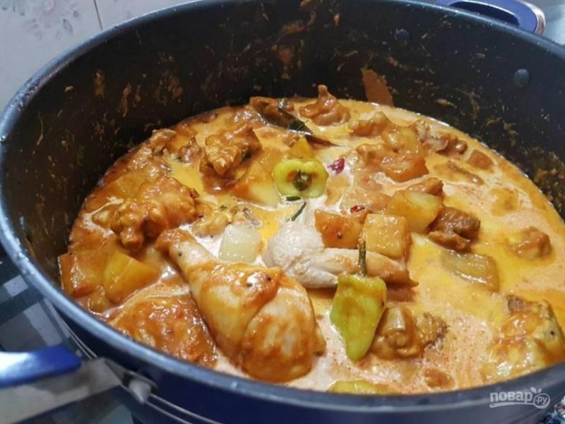 6. Залейте мясо молоком и сливками, поместите нарезанный кубиками картофель. Затем накройте крышкой и протушите курицу с картошкой до готовности.
