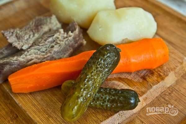 Сварите промытую морковь и картофель, а затем остудите. Очистите овощи.