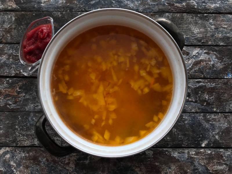 Овощи выложите к картофелю, добавьте томатную пасту, перемешайте и варите 5-10 минут.